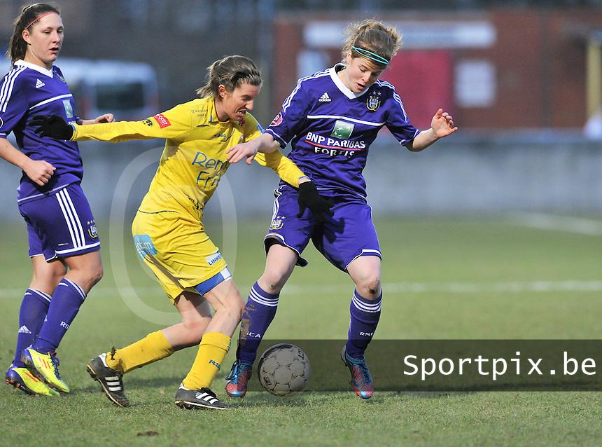 Waasland Beveren Sinaai Girls - RSC Anderlecht : Laura Deloose in duel met Natalie Vanderstappen (midden).foto DAVID CATRY / Nikonpro.be