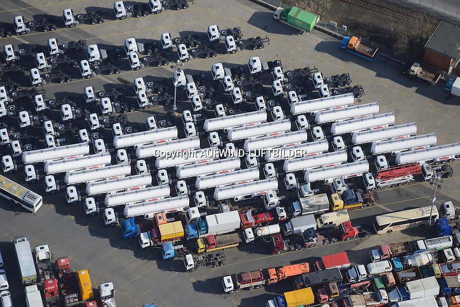 Hamburger Hafen Uni Kai High & Heavy-Gueter: EUROPA, DEUTSCHLAND, (EUROPE, GERMANY), 23.02.2014: Hamburger Hafen Uni Kai High & Heavy-Gueter, Export von Spezialfahrzeugen