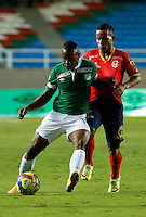 CALI -COLOMBIA-05-10-2014. Yerson Candelo (Izq) del Deportivo Cali disputa el balón con Michael Barrios (der) de Uniautónoma durante partido por la fecha 13 de la Liga Postobón II 2014 jugado en el estadio Pascual Guerrero de la ciudad de Cali./ Deportivo Cali player Yerson Candelo (L) fights for the ball with Uniautonoma player Michael Barrios (R) during match for the 13th date of Postobon League II 2014 played at Pascual Guerrero stadium in  Cali city.Photo: VizzorImage/ Juan C. Quintero /STR