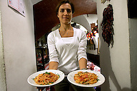 Una cameriera mostra un piatto di spaghetti al pomodoro nella Trattoria Il Mulattiere, a Sanremo.<br /> A waitress pasta with tomato sauce dishes at the Trattoria Il Mulattiere in Sanremo.<br /> UPDATE IMAGES PRESS/Riccardo De Luca