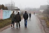 Die Sch&uuml;ler auf ihrem Heimweg.<br /> Nichtstaatliche Schule in Belarus in der N&auml;he von Minsk, deren Sch&uuml;ler und Lehrer lange Wege und &Uuml;berwachung in Kauf nehmen. / Pupils on their home. Privat school in Belarus near Minsk.