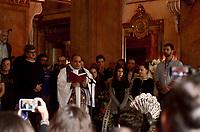 RIO DE JANEIRO, RJ, 08.07.2019 - VELORIO-JOÃO GILBERTO - O Padre Omar faz oração na presença da filha mais nova Luisa Carolina e da filha Bebel Gilberto durante as utimas homenagens no veclório no Theatro Municipal do músicoJoão Gilberto, na manhã desta segunda-feira(8).O músico morreu em cas, neste sábado(6), aos 88 ano. João Gilberto foi um dos criadores da bossa nova e enfrentava problemas de saúde havia alguns anos.Cinelândia, regiao central do Rio de Janeiro Rio de Janeiro ( Foto: Vanessa Ataliba/Brazil Photo Press/Folhapress)