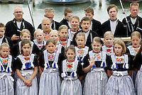 Nederland Volendam 2015 06 28 . Volendammerdag in Volendam. Tijdens Volendammerdag lopen veel inwoners van Volendam in klederdracht. Een kinderkoor zingt op een boot in de haven