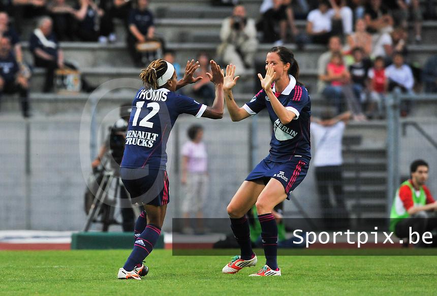 Football Club Feminin Juvisy Essonne - Olympique Lyon :.Elodie Thomis scoort en deelt haar vreugde met Lotta Schelin.foto DAVID CATRY / JOKE VUYLSTEKE / Vrouwenteam.be
