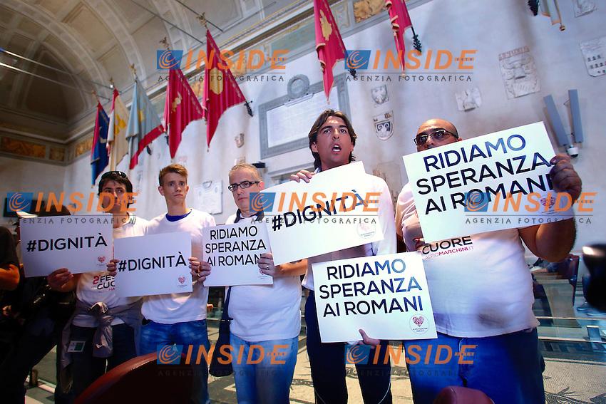 Rappresentanti della Lista Marchini protestano in Aula con dei cartelli che dicono Dignita' e Ridiamo speranza ai romani<br /> Roma 11-06-2015 Campidoglio. Seduta dell'Assemblea Capitolina.<br /> Photo Samantha Zucchi Insidefoto