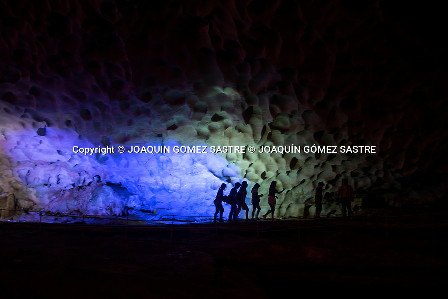 A group of tourists travels the interior of the cave of Hang Sung Lot in the bay of Ha-long (vietnam)<br /> HALONG-VIETNAM