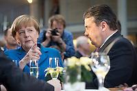 Bundeswirtschaftsminister und Vizekanzler Sigmar Gabriel (SPD) und Bundeskanzlerin Angela Merkel (CDU) unterhalten sich am Montag (16.12.13) in Berlin nach Unterzeichnung des Koalitionsvertrages.<br /> Foto: Axel Schmidt/CommonLens<br /> <br /> Berlin, Germany, politics, Deutschland, 2013, Gro&szlig;e Koalition, Groko, Koalition, SPD, Koalitionsvertrag, Unterzeichnung, signing