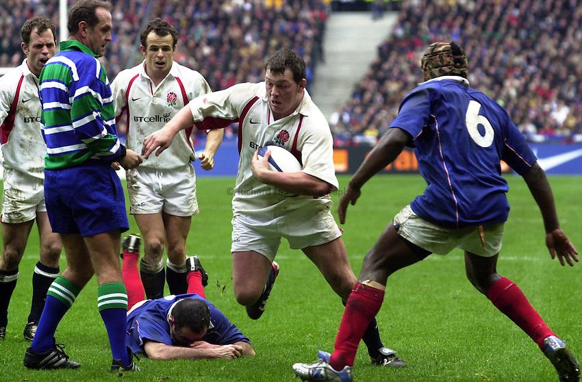 Photo.Richard Lane.France v England at Stade de France. 2-3-2002. Lloyds TSB Six Nations Championship..Steve Thompson makes a break for the line.
