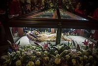 GUACARI - COLOMBIA: 19-04-2018. La imagen del santo sepulcro es vista durante la procesión del viernes santo en la población de Guacarí, Valle del Cauca, Colombia, de la semana santa para los cristianos. / Holy sepulchre is seen during procession of the holy Friday in  the town of Guacari, Valle del Cauca, Colombia as part of Easter Week to the Christians.  Photo: VizzorImage / Gabriel Aponte / Staff