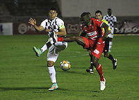 TUNJA - COLOMBIA -12 - 03-2015: Yeison Gordillo (Izq.) jugador de Boyaca Chico FC disputa el balón con Carlos Renteria (Der.) jugador de Patriotas FC, durante partido Boyaca Chico FC y Patriotas FC, de la fecha 9de la Liga Aguila I-2015, jugado en el estadio La Independencia de la ciudad de Tunja. / Yeison Gordillo (R) player  of Boyaca Chico FC vies for the ball with Carlos Renteria (R) player of Patriotas FC, during a match Boyaca Chico FC and Patriotas FC, for the 9 date of the Liga Aguila I-2015 at the La Independencia  stadium in Tunja city, Photo: VizzorImage  / Cesar Melgarejo / Cont.