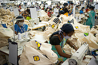 "Südasien Asien Indien IND Miraj , Textilfabrik Esteam fertigt u.a. fuer Lidl fairtrade Baumwolltaschen. - Textilindustrie Textilfabriken xagndaz | .South Asia India Miraj , factory Esteam produce fairtrade cotton bags for Lidl  -  textiles textile industry .| [ copyright (c) Joerg Boethling / agenda , Veroeffentlichung nur gegen Honorar und Belegexemplar an / publication only with royalties and copy to:  agenda PG   Rothestr. 66   Germany D-22765 Hamburg   ph. ++49 40 391 907 14   e-mail: boethling@agenda-fototext.de   www.agenda-fototext.de   Bank: Hamburger Sparkasse  BLZ 200 505 50  Kto. 1281 120 178   IBAN: DE96 2005 0550 1281 1201 78   BIC: ""HASPDEHH"" ,  WEITERE MOTIVE ZU DIESEM THEMA SIND VORHANDEN!! MORE PICTURES ON THIS SUBJECT AVAILABLE!! INDIA PHOTO ARCHIVE: http://www.visualindia.net ] [#0,26,121#]"