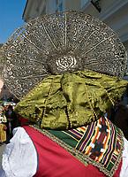 Italien, Suedtirol, Meran: Frau in traditioneller Tracht waehrend des Traubenfestivals, Detail Kopfschmuck   Italy, South-Tyrol, Alto Adige, Merano: woman in traditional costume during wine festival, close-up traditional hat