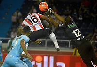BARRANQUILLA- COLOMBIA -25-03-2017: Robinson Aponza (Izq.) jugador de Atletico Junior disputa el balón con Wilder Mosquera (Der.) portero de Jaguares F.C., durante partido aplazado de la fecha 2entre Atletico Junior y Jaguares F.C. por la Liga Aguila I-2017, jugado en el estadio Metropolitano Roberto Melendez de la ciudad de Barranquilla. / Robinson Aponza (L) player of Atletico Junior vies for the ball with Wilder Mosquera (R) goalkeeper of Jaguares F.C. during a posponed match of the date 2, between Atletico Junior and Jaguares F.C. for the Liga Aguila I-2017 at the Metropolitano Roberto Melendez Stadium in Barranquilla city, Photo: VizzorImage  / Alfonso Cervantes / Cont.
