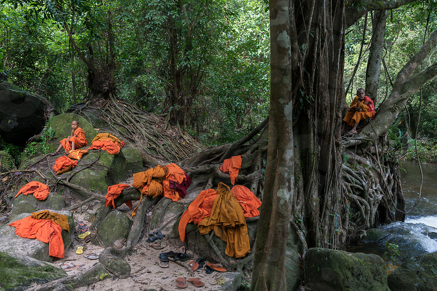 November 7, 2017 - Kep (Cambodia). Two monks take a rest in the vicinity of Phnom Kulen waterfall where their peers are having a swim. © Thomas Cristofoletti / Ruom