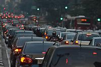 SAO PAULO, 02 DE MAIO DE 2013 - TRANSITO - SAO PAULO - Transito intenso na Avenida Paulista, região central da capital, no fim da tarde desta quinta feira, 02. (FOTO: ALEXANDRE MOREIRA / BRAZIL PHOTO PRESS)