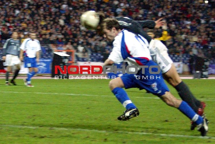 EM Qualifikation 2002<br /> Deutschland vs. Faeroer - Inseln 2:1<br /> Am Ball Miroslav Klose zum 2:1.<br /> Foto &copy; nordphoto <br />  *** Local Caption *** Foto ist honorarpflichtig! zzgl. gesetzl. MwSt.<br />  Belegexemplar erforderlich<br /> Adresse: nordphoto<br /> Georg-Reinke-Strasse 1<br /> 49377 Vechta
