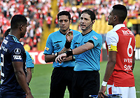 BOGOTA - COLOMBIA - 20 -  02  -  2018: Juan Soto (Cent.), arbitro venezolano, antes del partido con los capitanes William Tesillo (Der.) de Independiente Santa Fe y Juan Guagua (Izq.) de Emelec (ECU), durante partido entre Independiente Santa Fe (COL) y Emelec (ECU), de la fase de grupos, grupo 4, fecha 1 de la Copa Conmebol Libertadores 2018, jugado en el estadio Nemesio Camacho El Campin de la ciudad de Bogota. / Juan Soto (C), venezuelan referee, before the match with the captains William Tesillo (R) from Independiente Santa Fe and Juan Guagua (L) from Emelec (ECU), during a match between Independiente Santa Fe (COL) and Emelec (ECU), of the group stage, group 4, 1st date for the Conmebol Copa Libertadores 2018 at the Nemesio Camacho El Campin Stadium in Bogota city. Photo: VizzorImage  / Luis Ramirez / Staff.