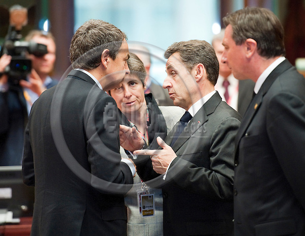 Brussels-Belgium - March 24, 2011 -- European Council, EU-summit with Heads of State / Government; here, José Luis Rodríguez ZAPATERO (le)(Jose, Rodriguez), Prime Minister of Spain, with Nicolas SARKOZY (ce), President of France; while Borut PAHOR (ri), Prime Minister of Slovenia, watches the conversation -- Photo: Horst Wagner / eup-images