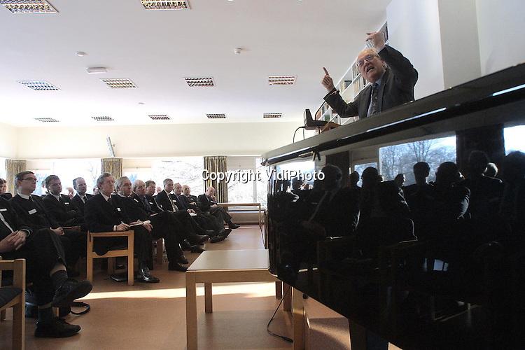 """Foto: VidiPhoto..DOORN - Ruim honderd predikanten uit de rechterflank van de Nederlandse Hervormde Kerk (Gereformeerde Bond) kwamen donderdag in Doorn bijeen voor een tweedaagse conferentie. Een van de sprekers op de eerste conferentiedag was de econoom prof. Goudszwaard (foto) over het onderwerp """"De economie van het nooit-genoeg""""."""