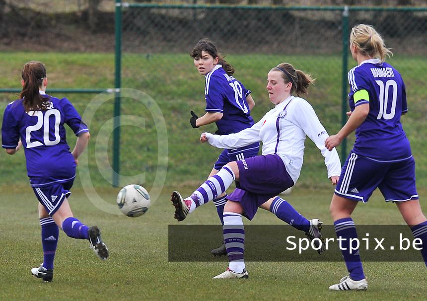 RSC Anderlecht Dames - Beerschot : Lucinda Michez aan de bal.foto DAVID CATRY / Vrouwenteam.be
