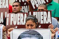 M&eacute;xico DF 26/Octubre/2015.<br /> A Un A&ntilde;o un Mes de la desaparici&oacute;n de los 43 J&oacute;venes Estudiantes de la Normal Rural &ldquo;Ra&uacute;l Isidro Burgos&rdquo; de Ayotzinapa Guerrero, padres y madres dieron una lectura del mensaje a la opini&oacute;n p&uacute;blica a medios de comunicaci&oacute;n en el Hemiciclo a Ju&aacute;rez.<br /> En dicha lectura dieron cinco puntos de lo que le exigen al gobierno federal.<br /> 1-Que de forma inmediata presente con vida a nuestros 43 hijos y compa&ntilde;eros.<br /> 2-Castigo a los responsables materiales e intelectuales de la ejecuci&oacute;n extrajudicial de tres y la desaparici&oacute;n de43 de nuestros hijos y compa&ntilde;eros.<br /> 3-Que cese la criminalizaci&oacute;n y descalificaci&oacute;n en contra de los estudiantes de Ayotzinapa y padres de familia.<br /> 4-Que se cumplan los 10 puntos del convenio de colaboraci&oacute;n firmado por el estado mexicano y el grupo interdisciplinario de expertos independientes (GIEI) en la audiencia llevada a cabo ante, La Comisi&oacute;n Interamericana de derechos Humanos (CIDH) en Washington D.C el d&iacute;a 20 de este mes y a&ntilde;o.<br /> 5-Que se cumplan todas y cada una de las recomendaciones generales y espec&iacute;ficas realizadas en el informe del (GIEI).