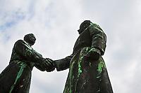 Ungheria, Budapest, Szoborpark, il cimitero delle statue sovietiche Hongrie, le cimeti&egrave;re de statues sovi&eacute;tiques<br /> Hungary, the cemetery of Soviet statues progettato nel 1993 dall'architetto  Eleod Akos junior<br /> <br /> statua dell'amicizia russo-ungherese<br />  memorial<br /> Hungarian-Soviet friendship statue