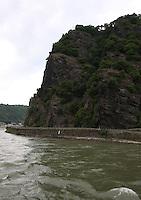 General view of the Lorelei Rock, St Goarshausen and the River Rhein, Rhineland-Palatinate, Germany.<br /> <br /> Allgemeine ansicht des Loreley-Felsens, St. Goarshausen und dem Fluss Rhein, Rheinland-Pfalz, Deutschland.