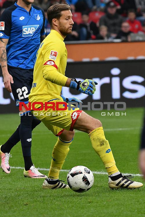 22.10.2016, BAYARENA, Leverkusen, GER, 1.FBL., Bayer 04 Leverkusen vs. TSG 1899 Hoffenheim  <br /> <br /> im Bild / picture shows: <br /> Oliver Baumann Torwart (Hoffenheim #1), baumelt der Ball zwischen den F&uuml;&szlig;en im Strafraum <br /> <br /> <br /> <br /> Foto &copy; nordphoto / Meuter