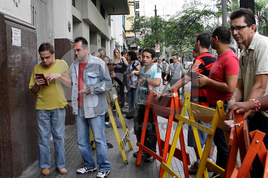 SÃO PAULO, 24 DE ABRIL 2013 - REGULARIZAÇÃO TÍTULO ELEITORAL  - Movimentação nos cartórios eleitorais, na tarde desta quarta-feira(24) zona central da capital. Quem não votou, nem justificou nas três últimas eleições, deve comparecer ao cartório eleitoral até 25 de abri para a regularização. Foto: Lola Oliveira/Brazil Photo Press