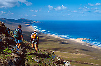 Spanien, Kanarische Inseln, Fuerteventura, Westkueste bei Cofete, 3 Wanderer mit Rucksack beim Abstieg zum Strand   Spain, Canary Island, Fuerteventura, near Cofete, 3 hikers with backpacks