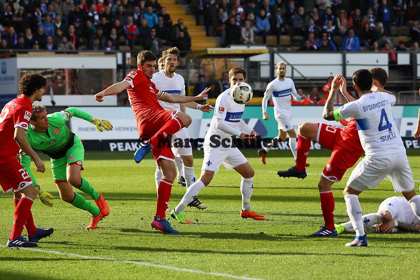 Stefan Bell (1. FSV Mainz 05) klärt- 11.03.2017: SV Darmstadt 98 vs. 1. FSV Mainz 05, Johnny Heimes Stadion am Boellenfalltor