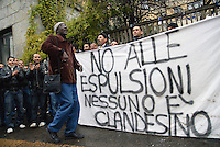 """- Protesta del Comitato Immigrati in Italia contro le espulsioni e la """"sanatoria truffa"""" davanti al consolato egiziano in via Porpora"""