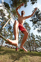 A master of the slackline is showing off his skills. Photo: Eric Hampusgård/Scouterna