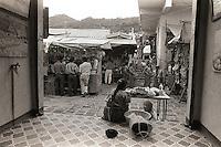 Madre e hijo en el mercado, Lago de Atitlán, Guatemala, 1996.