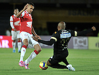 BOGOTA - COLOMBIA -18 -09-2014: Sergio Otalvaro (Izq.) jugador de Independiente Santa Fe disputa el balón con Marino Garcia (Der.) jugador de Once Caldas durante partido entre Independiente Santa Fe y Once Caldas por la fecha15 de la Liga Postobon II-2014, en el estadio Nemesio Camacho El Campin de la ciudad de Bogota. / Sergio Otalvaro (L) player of Independiente Santa Fe struggles for the ball with Marino Garcia (R) player of Once Caldas during a match between Independiente Santa Fe and La Equidad for the date 15 of the Liga Postobon II -2014 at the Nemesio Camacho El Campin Stadium in Bogota city, Photo: VizzorImage  / Luis Ramirez / Staff.