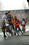 Zorg en Arbeid, Woon- werkverkeer: Ouders brengen hun kinderen naar school. COPYRIGHT TON BORSBOOM