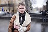 Katarina, 19: war selbst dreimal in Kiew, hat auch aktiv mitgewirkt, im Gewerkschaftshaus. Sie ist mit ihren Freundinnen hier und sie zünden Kerzen für die Toten an. Ihr Bruder war die ganze Zeit in Kiev und wurde letzte Woche schwer verletzt, wird noch in einem Krankenhaus in Kiew behandelt. Sie empfinden jetzt Erleichterung, Ukraine gehört zu Europa sagen sie…