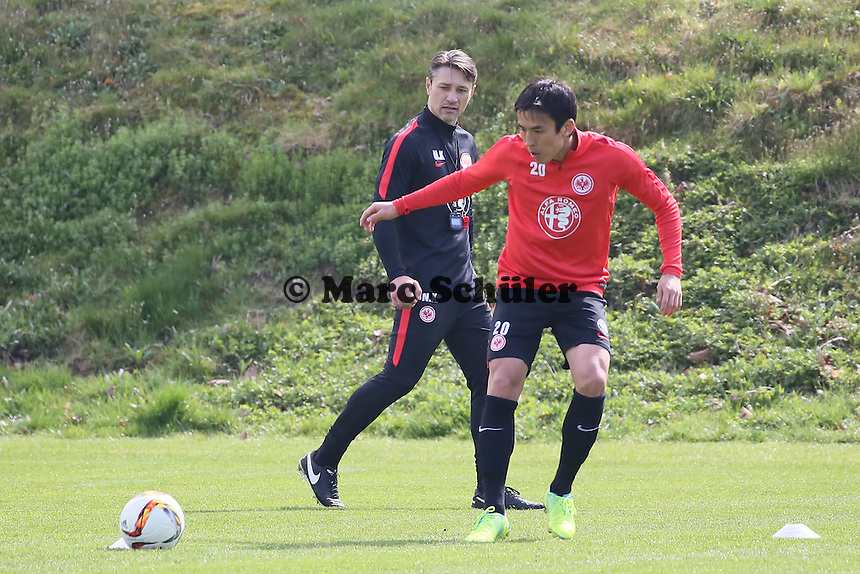 Trainer Niko Kovac mit Makoto Hasebe - Eintracht Frankfurt Training, Commerzbank Arena