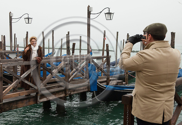 San Marco-Venice-Italy - January 09, 2011 -- Tourists photographing themselves, souvenir picture with gondola -- tourism, photography, people -- Photo: Horst Wagner / eup-images