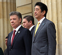 BOGOTA -COLOMBIA. 29-07-2014.  El primer Ministro de Japon Shinzo Abe (Der) y el presidente de Colombia Juan Manuel Santos (Izq) durante los honores militares en el Palacio de Nariño . Primera visita oficial de un madatario japones en 106 años a Colombia. / The Prime Minister of Japan Shinzo Abe (R) and  President of Colombia Juan Manuel Santos (L)  during military honors at the Palacio de Nariño. .The first official visit by a Japanese madatario  to Colombia in 106 years, Photo: VizzorImage/ Felipe Caicedo / Staff