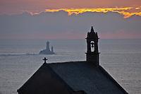 Europe/France/Bretagne/29/Finistère/Cléden-Cap-Sizun::  Pointe de Van: Chapelle Saint They - XVème siècle et en fond le Phare de la Vieille qui garde le Raz de Sein