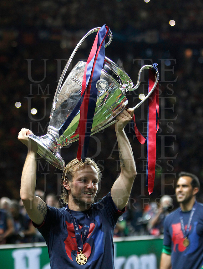 Calcio, finale di Champions League Juventus vs Barcellona all'Olympiastadion di Berlino, 6 giugno 2015.<br /> FC Barcelona's Ivan Rakitic holds up the trophy at the end of the Champions League football final between Juventus Turin and FC Barcelona, at Berlin's Olympiastadion, 6 June 2015. Barcelona won 3-1.<br /> UPDATE IMAGES PRESS/Isabella Bonotto