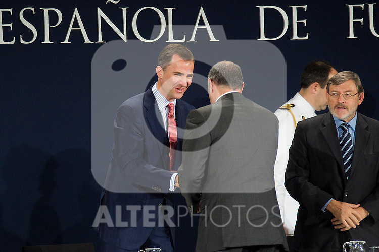 MADRID (24/05/2010).- Prince Felipe of Borbon visited Las Rozas Soccer City where he inagurated the RFEF Museum and met the Spains National Team players selected  for South Africa World Cup. Prince Felipe de Borbon today handed the gold medal of the Royal Spanish Football Federation (RFEF) to Andoni Zubizarreta...Photo: Cesar Cebolla / ALFAQUI