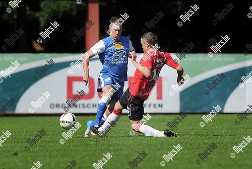 2012-09-09 / Voetbal / seizoen 2012-2013 / Lyra - Everbeur / Wouters (Lyra) zet Cox van de bal..Foto: Mpics.be