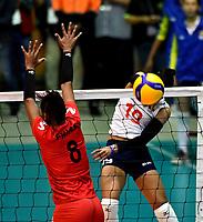 BOGOTÁ-COLOMBIA, 08-01-2020: Amanda Coneo de Colombia, clava el balón a Magullaura Frias de Perú, durante partido entre Perú y Colombia en el Preolímpico Suramericano de Voleibol, clasificatorio a los Juegos Olímpicos Tokio 2020, jugado en el Coliseo del Salitre en la ciudad de Bogotá del 7 al 9 de enero de 2020. / Amanda Coneo from Colombia, spikes the ball to Magullaura Frias from Peru during a match between Peru and Colombia, in the South American Volleyball Pre-Olympic Championship, qualifier for the Tokyo 2020 Olympic Games, played in the Colosseum El Salitre in Bogota city, from January 7 to 9, 2020. Photo: VizzorImage / Luis Ramírez / Staff.