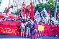 RIO DE JANEIRO, RJ, 13.02.2014 - Manifestação organizada pelo Fórum de Lutas contra o aumento da tarifa de ônibus e a realização da Copa do Mundo, na Praça da Candelária, no centro do Rio de Janeiro, nesta quinta-feira, 13. (Foto: Nicson Oliver / Brazil Photo Press).