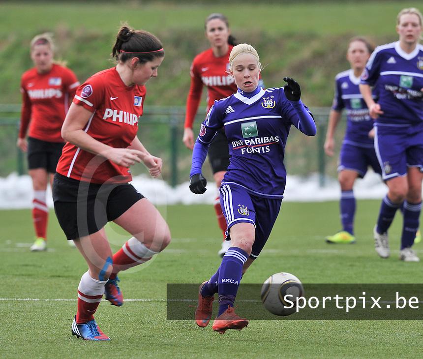 RSC Anderlecht Dames - PSV / FC Eindhoven : Stephanie Van Gils aan de bal voor Jette van Vlerken.foto David Catry / Vrouwenteam.be