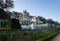 France, Indre-et-Loire (37), Rigny-Ussé, château et jardin d'Ussé en octobre, vue du bas du jardin, haie de buis, topiaires d'if, rosiers