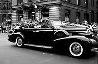 Camillien Houde, 24 juin 1947<br /> <br /> Voiture conduisant le maire Camillien Houde et son epouse Georgianna,