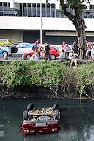 Rio de  Janeiro,5 de agosto de 2012- Um acidente na  manhã deste  domingo envolvendo dois  véiculos na  av Presidente Vargas , altura  do prédio da  prefeitura, acabou com 3  vítimas sendo uma  criança. O Fiesta vinho, trafegava  pela  pista BRS, para  ônibus ,ao cruzar a  pista colidiu  com o véiculo que trafegava atrás, caindo de  cabeça  para  baixo no canal  do mangue, por  onde  passa o esgoto não tratado,  pedestre  ajudaram as vítimas a  sairem do veículo. Bombeiros encaminharam  as  vítimas por  o hospital  Souza Aguiar no centro do rj.<br /> Guto Maia Brazil Photo Press